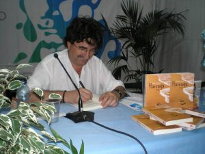 """Antonio Lozano signiert Exemplare """"Harraga"""" auf der Buchmesse Santa Cruz de Tenerife"""