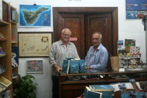 El autor Armand Amapolas con el librero Antonio Mas en la librería Mundo del Mapa, Puerto de la Cruz