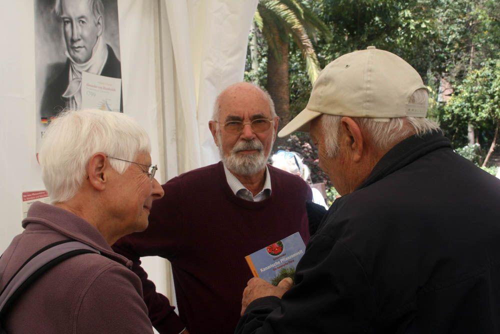 """Peter e Ingrid Schönfelder presentan su libro """"Kanarische Pflanzenwelt"""" en la Feria del Libro Santa Cruz de Tenerife"""